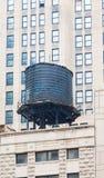 在芝加哥大厦的老黑储水箱 库存图片
