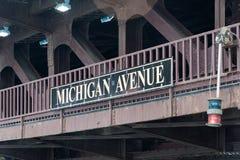 在芝加哥桥梁的大密执安大道标志 库存图片