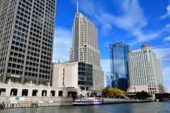 在芝加哥河旁边的摩天大楼 免版税库存图片