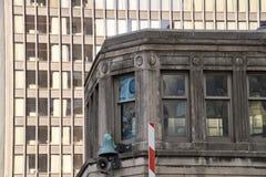 在芝加哥河的街市芝加哥老和新的大厦 免版税库存照片