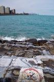 在芝加哥的没有游泳标志湖岸在密歇根湖的南侧在一个寒冷冬日 库存图片