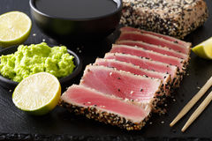 在芝麻和酱油,山葵,石灰特写镜头的新鲜的金枪鱼肉 H 库存照片