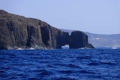在芦粟海岛上的火山的曲拱 库存图片