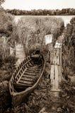 在芦苇的被放弃的老渔船 免版税库存照片