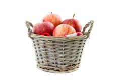 在芦苇篮子的苹果 免版税库存照片