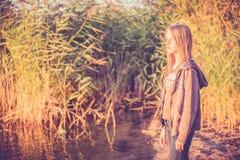 在芦苇附近的女孩 免版税库存图片
