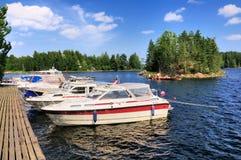 在芬兰湖的Watersports和划船 库存照片