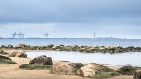 在芬兰湾的多岩石的海滩 Sillamae港  免版税库存照片