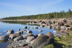 在芬兰湾的岩石的5月晚上 库存照片