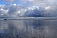 在芬兰湾的看法秋天季节的 免版税库存图片