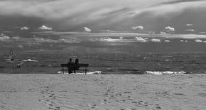 在芬兰湾的长凳 库存图片