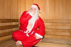 在芬兰蒸汽浴的滑稽的圣诞老人 圣诞节新年度 库存图片