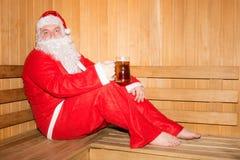 在芬兰蒸汽浴的滑稽的圣诞老人 圣诞节新年度 库存照片