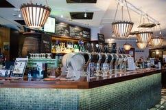在芬兰酒吧的啤酒轻拍 库存照片