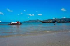 在芭东区海滩的喷气机滑雪 天空晴朗在夏天,著名吸引力在泰国的普吉岛海岛 库存照片