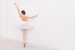 在芭蕾位置的典雅的女性身分 图库摄影