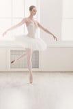 在芭蕾位置的美好的芭蕾舞女演员舞蹈 图库摄影