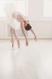 在芭蕾位置的美好的芭蕾舞女演员舞蹈 库存图片