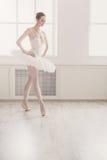在芭蕾位置的美好的芭蕾舞女演员舞蹈 免版税库存照片