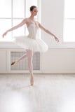 在芭蕾位置的美好的ballerine舞蹈 库存照片