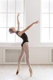 在芭蕾位置的美好的ballerine舞蹈 免版税库存图片