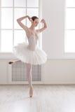 在芭蕾位置的美好的ballerine舞蹈 图库摄影