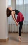 在芭蕾姿势的优美的芭蕾舞女演员剪影 执行,在pointes的华美的跳芭蕾舞者 做她的锻炼的芭蕾舞女演员 免版税图库摄影