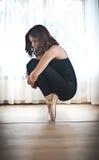 在芭蕾姿势的优美的芭蕾舞女演员剪影 执行,在pointes的华美的跳芭蕾舞者 做她的锻炼的芭蕾舞女演员 库存图片