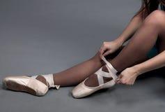 在芭蕾舞鞋的妇女行程 免版税图库摄影