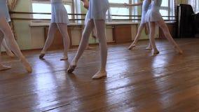 在芭蕾类期间,小组年轻芭蕾舞女演员跳舞 影视素材