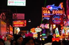 在芭达亚夜走的街道,泰国的五颜六色的霓虹灯 库存照片