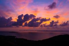 在芭达亚的五颜六色的天空日落的 免版税库存图片