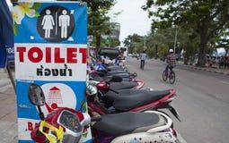 在芭达亚的街道边的服务的标志游人的和访客靠岸 免版税库存图片