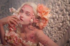 在花中的可爱的她矮子 创造性的构成和bodyart 图库摄影