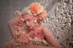 在花中的可爱的她矮子 创造性的构成和bodyart 免版税图库摄影
