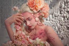 在花中的可爱的她矮子 创造性的构成和bodyart 免版税库存照片