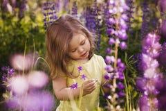 在花中的小女孩 免版税库存图片