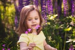 在花中的小女孩 免版税库存照片