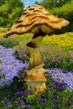 在花中的巨型蘑菇 库存图片