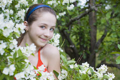 在花中的美丽的女孩 免版税库存图片