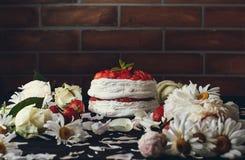 在花中的蛋糕 库存图片