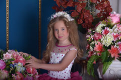 在花中的年轻公主 图库摄影