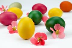 在花之间的自创多彩多姿的复活节彩蛋 图库摄影