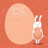 在花卉背景的复活节兔子暂挂华丽复活节彩蛋。 图库摄影