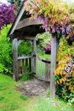 在花园大门的开花的紫藤 免版税库存照片
