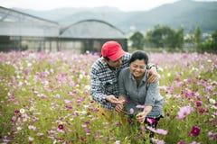 在花园的愉快的夫妇富感情地互动 库存图片