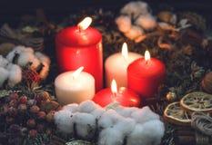 在花圈的五个圣诞节蜡烛 库存图片