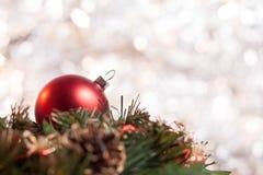 在花圈的圣诞节球有轻的背景 图库摄影
