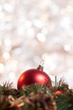 在花圈的圣诞节球有轻的背景 免版税库存图片