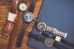 在花岗岩和木背景的手表 免版税库存图片